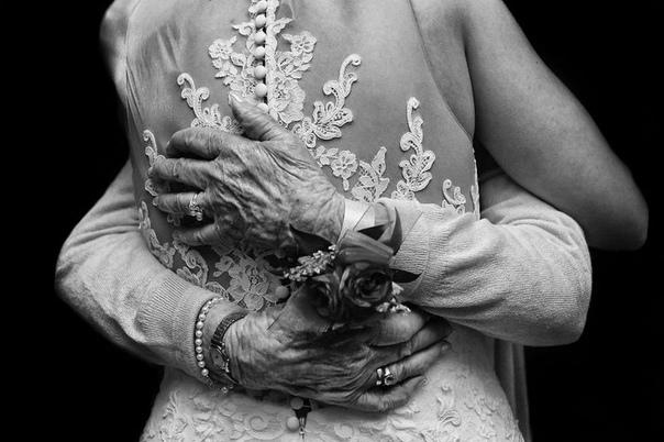 Лучшие свадебные фото по версии Junebug Weddings Свадебные фотографии всегда вызывают настоящий шквал эмоций даже у тех, кто не знаком с молодожёнами. Счастливые женихи и невесты,