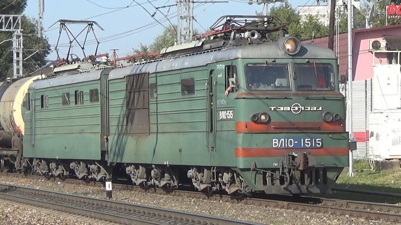 Электровоз ВЛ10-1515 очень медленно едет по станции