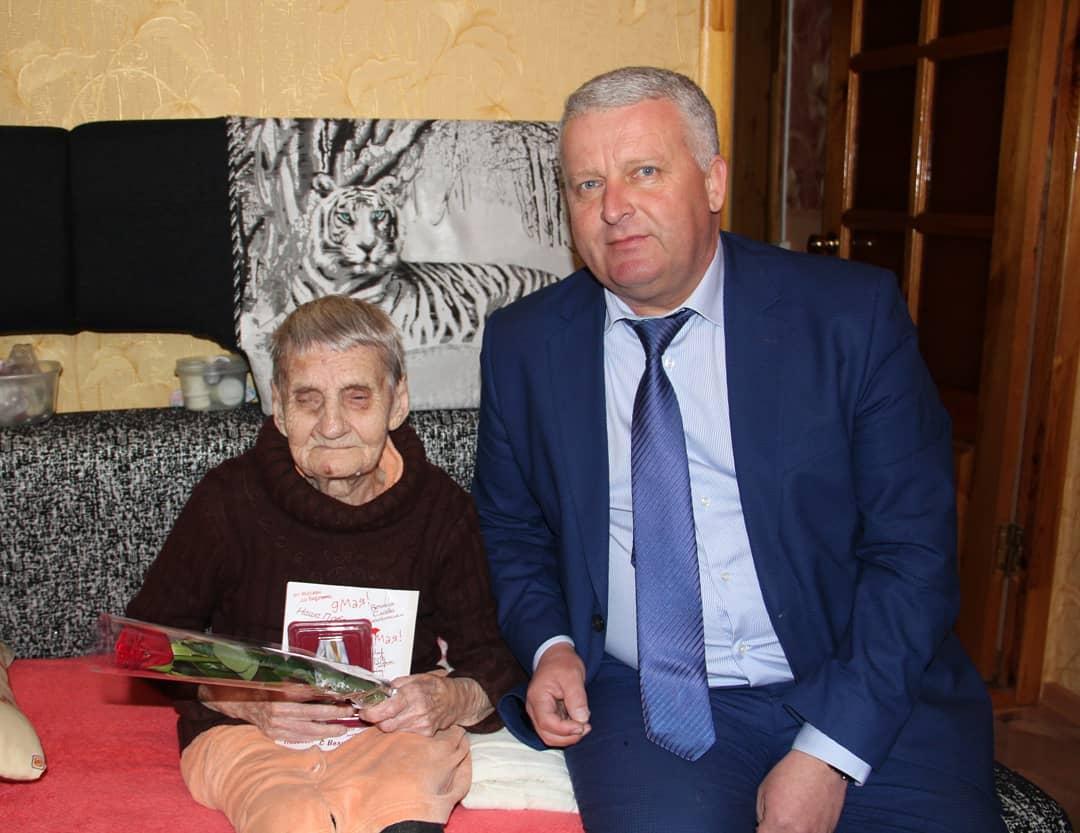 Председатель Петровского районного Собрания Александр Михеев вручил петровчанам – труженикам тыла юбилейные медали