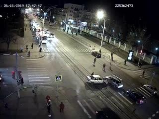 Вчера, в центре тамбова, водитель въехал в толпу людей на тротуаре. погибла женщина. но се