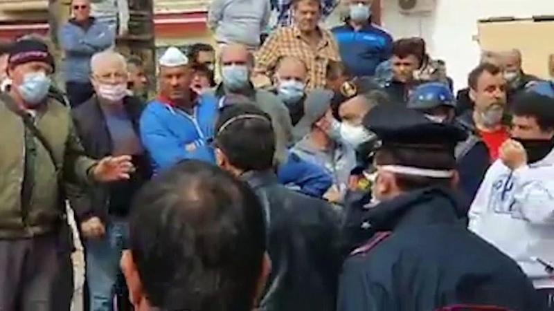 Coronavirus, la protesta a Lampedusa: Noi in quarantena ma gli sbarchi continuano