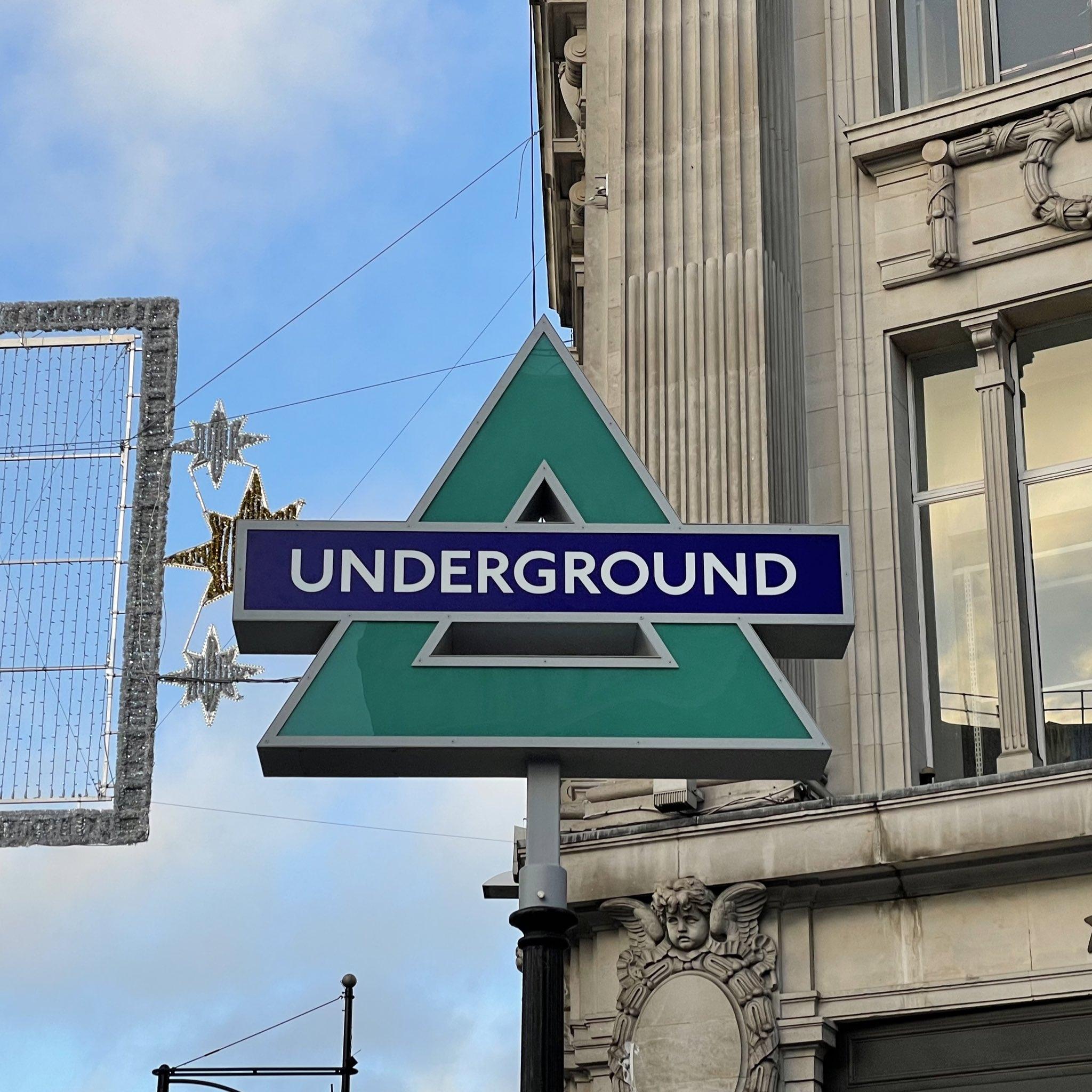 PlayStation в Лондоне оформила указатели входа в метро Oxford Circus в стиле кнопок управления геймпада