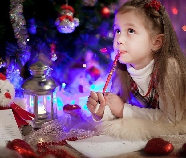 Манюня пишет письмо Деду Морозу Спустя несколько лет, когда мы уже немного повзрослели, мама достала письма, которые мы писали Деду Морозу, и под общий хохот перечитала их. Особенно долго, до