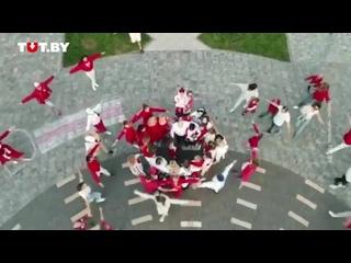 Жители микрорайона Лебяжий сняли теплое видео в бело-красных одеждах