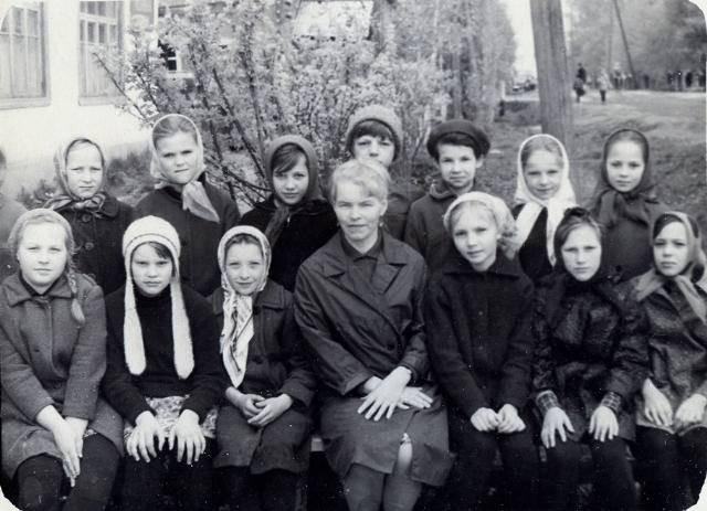 Фото 1970-го года, п.Коноша, ул.Советская. Классный руководитель