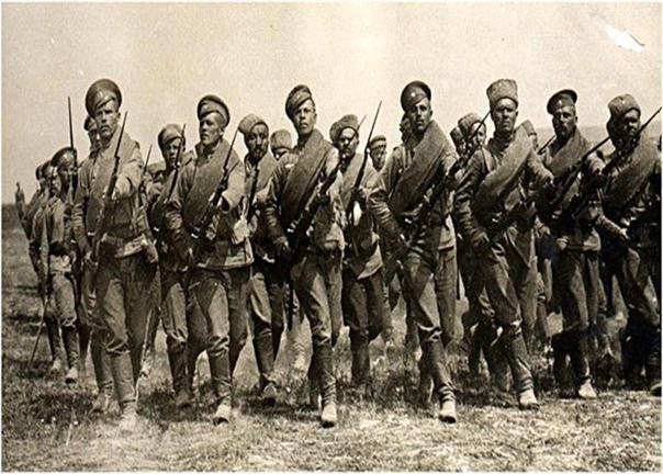 Происхождение фразы «Русские не сдаются!» Крылатая фраза «Русские не сдаются!» облетела весь мир еще в годы Первой мировой войны. Во время обороны небольшой крепости Осовец, расположенной на