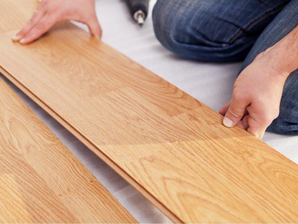 Монтаж ламината очень простой и не требует особых навыхков или специального инструмента.