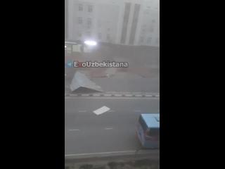 Буря в Нукусе срывает кровли с домов