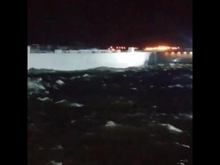 Петербургская дамба в шторм
