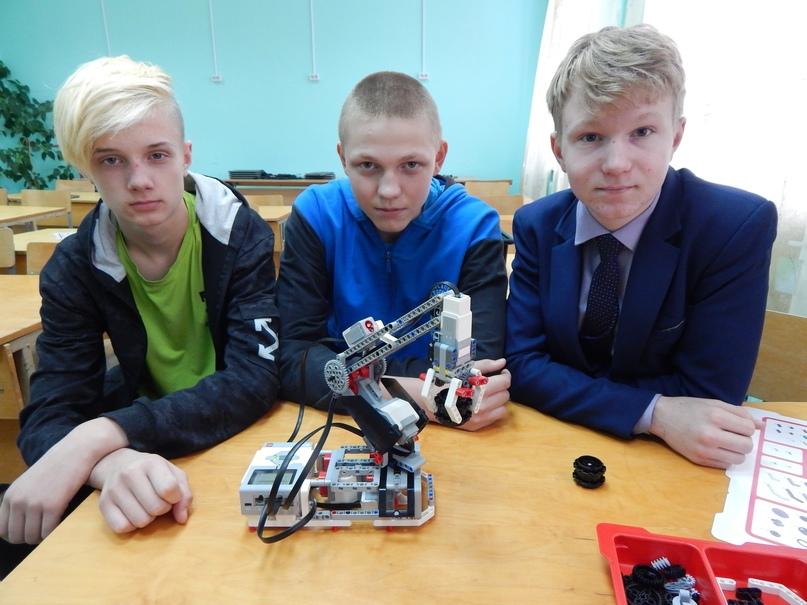 Послушен робот восьмиклассникам Никите Неустроеву, Диме Пукемову, Саше Лаптеву.