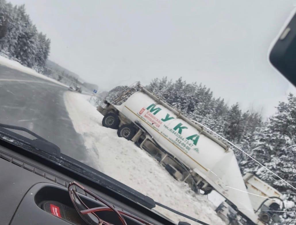 На объездной г.Волжска грузовик с мукой ушёл в кювет