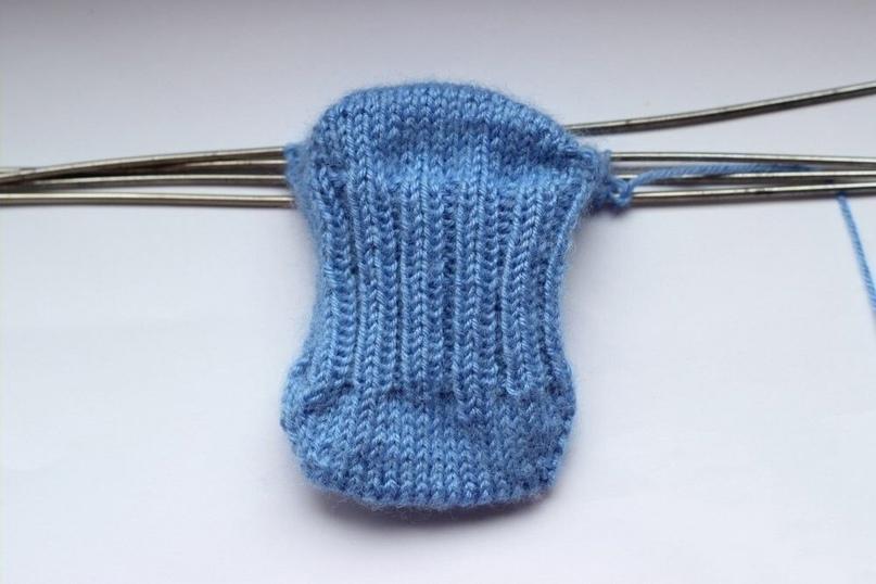 Носочки с пяткой бумеранг для новорожденного спицами .