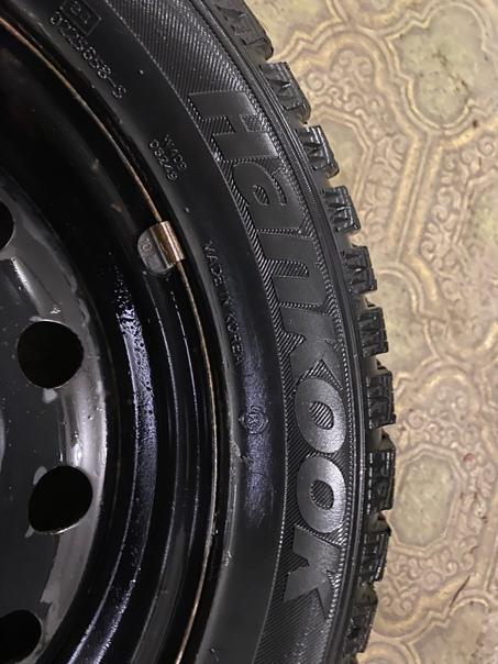 Продам комплект зимних колёс на штампованных диска...
