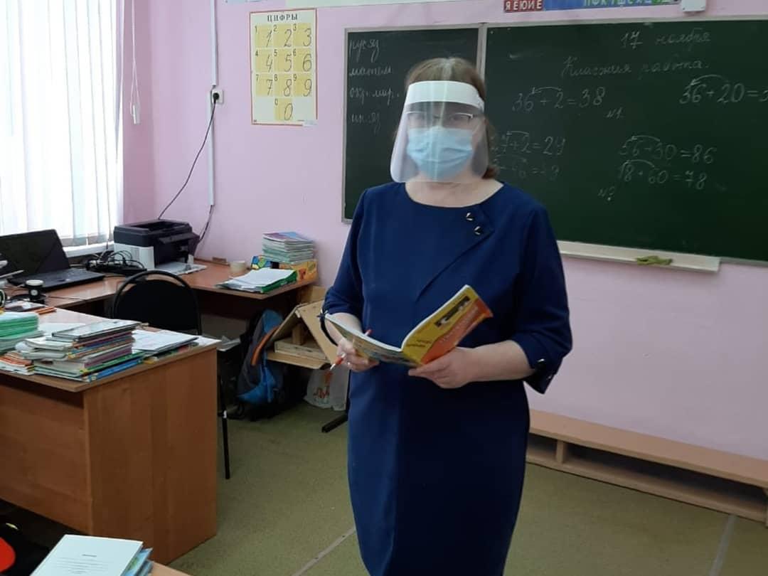 Асбестовские учителя теперь работают не только в масках, но и в таких защитных экранах