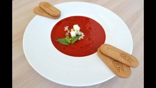 Клубничный суп с сыром с благородной плесенью и имбирным печеньем