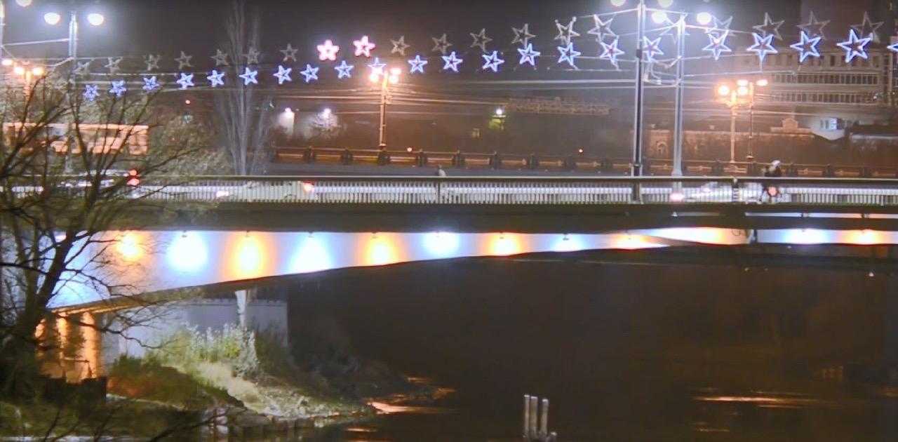 В Омске Юбилейный мост украсили светящимися звездами.