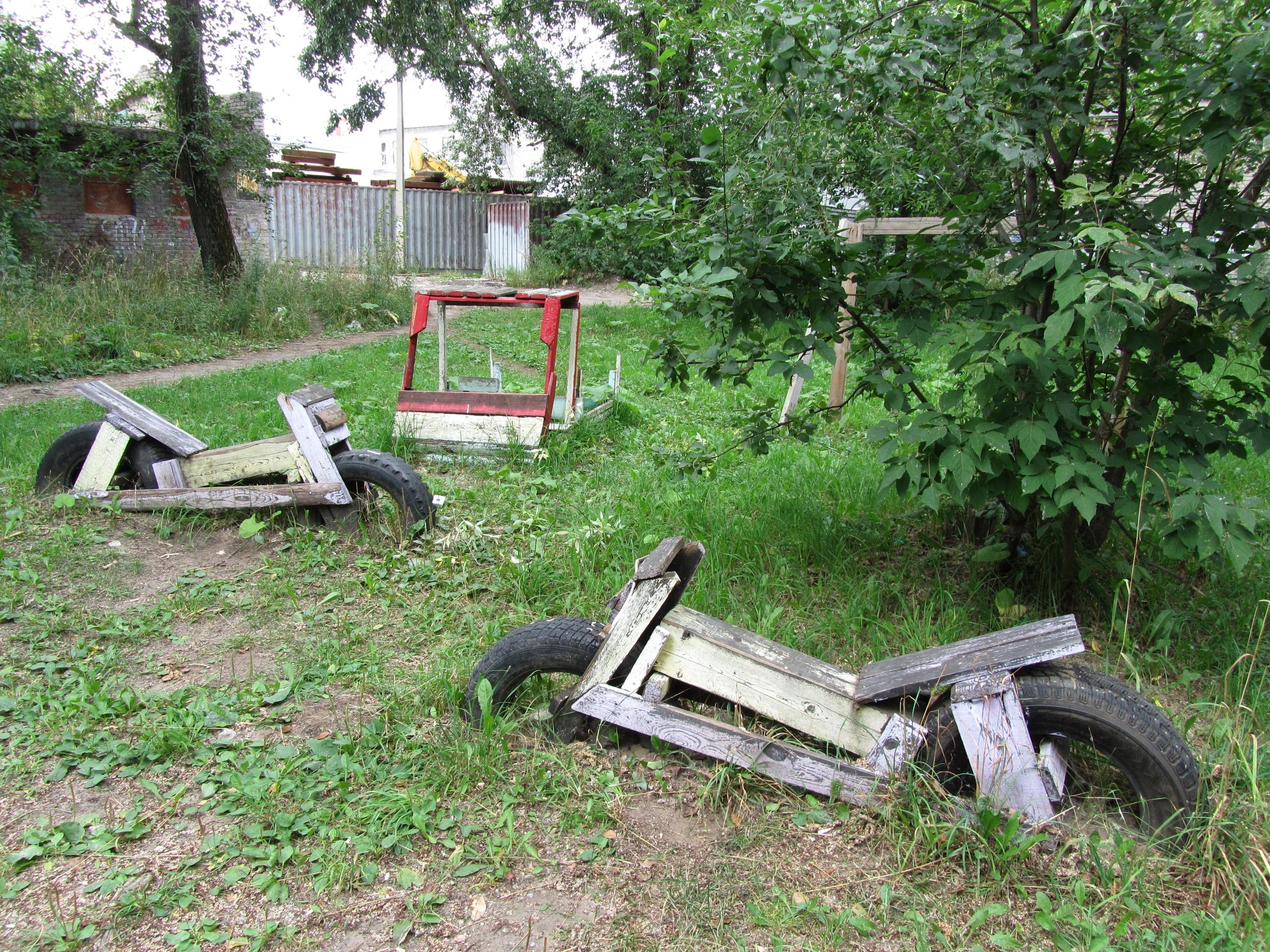 вкопанные в землю мотоциклы в Березники