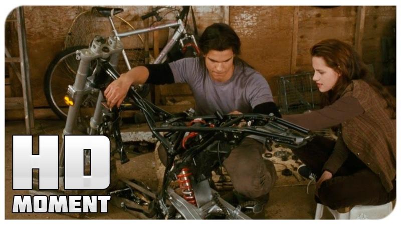 Джейкоб помогает Белле починить мотоцикл Сумерки Сага Новолуние 2009 Момент из фильма