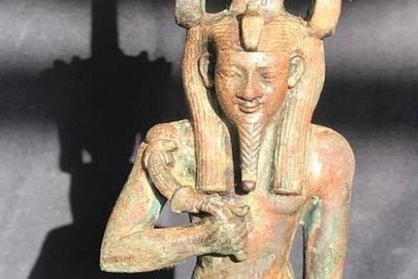 В Египте найдена статуэтка бога Нефертума с полудрагоценными камнями В Египте продолжаются раскопки на месте обнаружения нескольких десятков нетронутых саркофагов возрастом 2500 лет в одной из