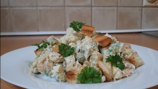 Обалденный нежный  салат из куриного филе и сухариков.