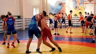 Известный борец Адам Курак посетил спортшколу имени Поддубного.